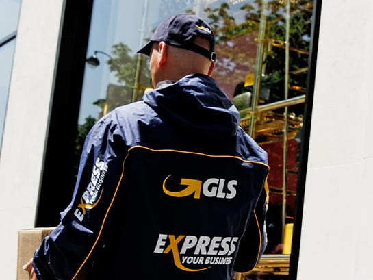 Quick and on time with express – a GLS employee carries a parcel