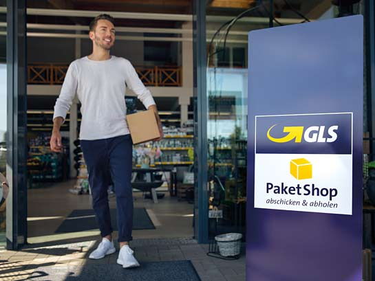 Send@ParcelShop – a man picks up his parcel in a GLS ParcelShop of his choice