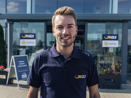 As a GLS ParcelShop partner you will be supported by experienced staff – a GLS employee stands in front of 