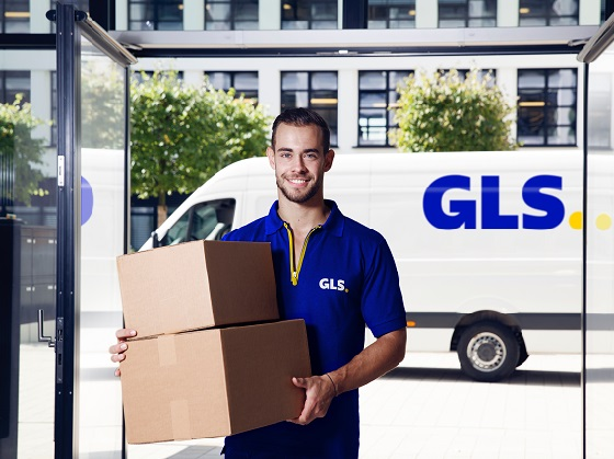 B2B and multichannel shipping solutions from GLS parcel service – GLS employee delivers parcels to a branch office